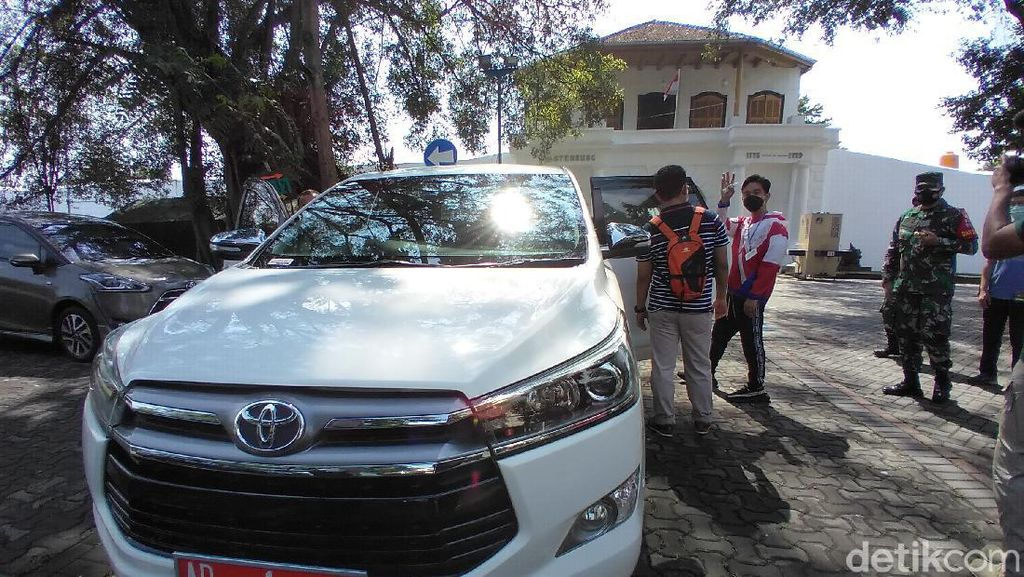 Biasa Pakai Pajero, Gibran Kini Pilih Innova Putih untuk Mobil Dinas