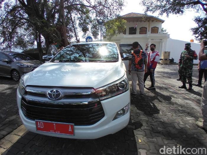 Mobil dinas Gibran Rakabuming Raka Innova putih, Solo, Sabtu (27/2/2021).