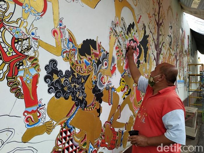 Proses membuat lukisan mural wayang di Kampung Karangwatu, Desa Pucungrejo, Kecamatan Muntilan, Kabupaten Magelang.