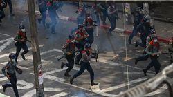 Demo Anti-kudeta Militer Bertahan Meski Ditembak Gas Air Mata