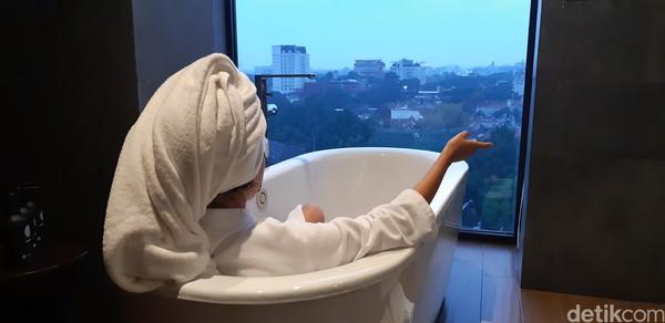 Selain luas, kamar ini juga punya bathtub dengan pemandangan Kota Bandung. (Bonauli/Mimo/detikcom)