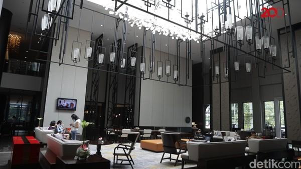 Di bagian lobi, traveler akan dibiarkan terpesona oleh desain interior modern yang menyatu manis dengan budaya lokal. (Bonauli/Mimo/detikcom)