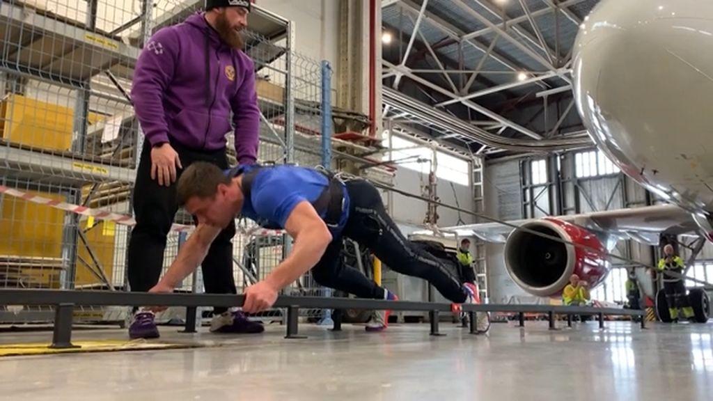 Gila! Atlet Ini Berhasil Menarik Pesawat Seberat 40 Ton