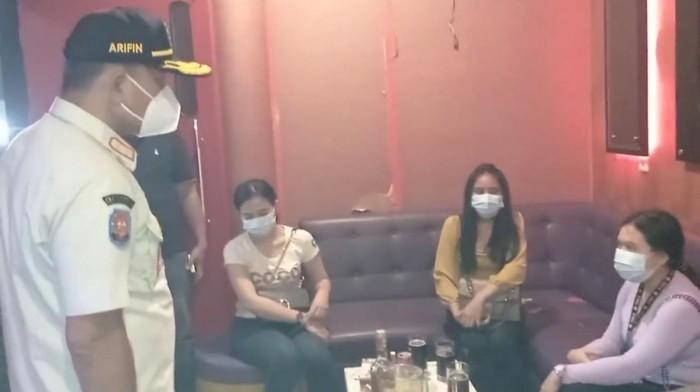 Satpol PP DKI Jakarta Tutup Dua Tempat karaoke di Jakarta Barat