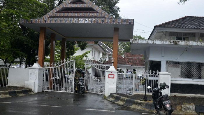 Usia penangkapan, rumah jabatan (rujab) gubernur Sulsel di Jalan Jenderal Sudirman, Makassar, dijaga ketat petugas.