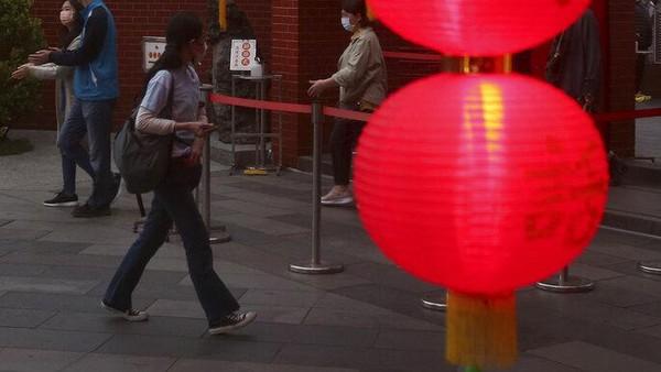 Merah merona lentera yang digantung membuat suasana semakin indah.