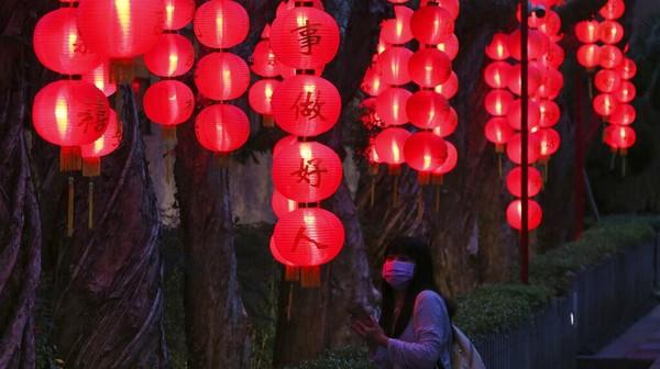 Seorang pengunjung terkesima dengan keindahan lentera yang digantung dalam festival lentera di Taipei, Taiwan.