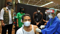 Vaksinasi COVID-19 di Bali kini menyasar para pekerja disektor pariwisata. Momen vaksinasi tersebut pun dihadiri Menparekraf Sandiaga Uno.