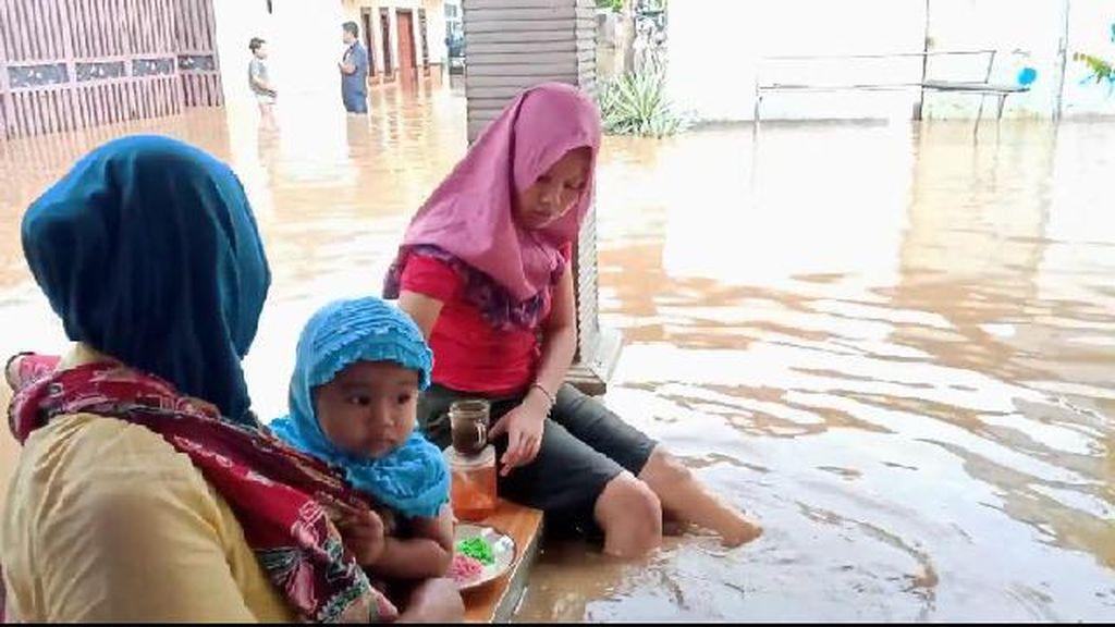 5 Kecamatan di Kabupaten Probolinggo Banjir, Seorang Warga Digigit Ular