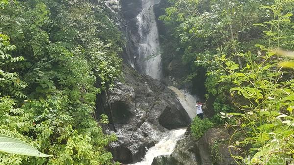 Kolam terbentuk secara alami dari gerakan air terjun yang jatuh dari ketinggian 50 meter. (Abdy Febriady/detikcom)