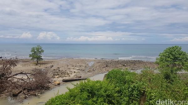Air terjun Cinta berada dekat dengan Pantai Majene. (Abdy Febriady/detikcom)