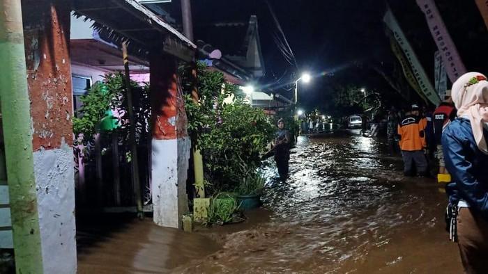 Baru saja diterjang banjir, dua desa di Kecamatan Dringu, Probolinggo kembali digenangi air. Warga yang sudah membersihkan rumahnya, kembali mengungsi karena luapan banjir.