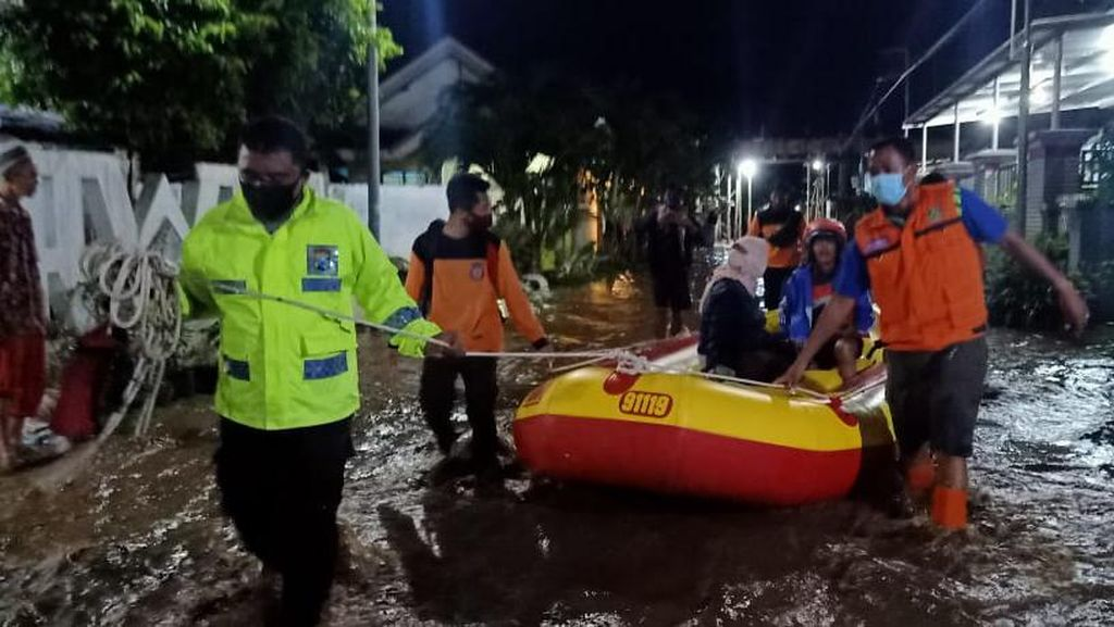 Petugas Gabungan Evakuasi 10 Warga yang Terjebak Banjir Probolinggo