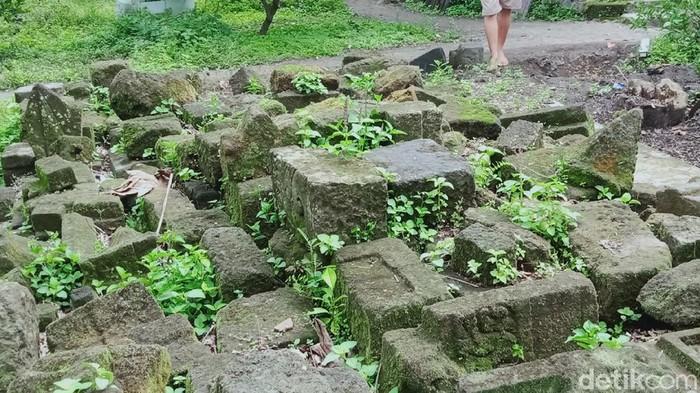 Ratusan batu di situs candi Dompoyongan, Kecamatan Jogonalan, Klaten, dipindahkan ke pekarangan warga. Hal itu dilakukan guna mencegah batu-batu candi rusak.