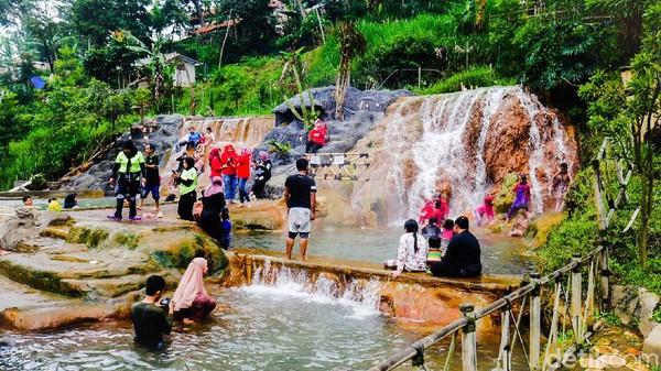 Di Curug Cipanas, traveler bisa menikmati wisata air panas yang mengalir dari Gunung Tangkuban Parahu ke kolam alami dengan tiga undakan. Kedalaman kolam yang tak terlalu dalam membuat Curug Cipanas aman untuk anak-anak. (Whisnu Pradana/detikTravel)