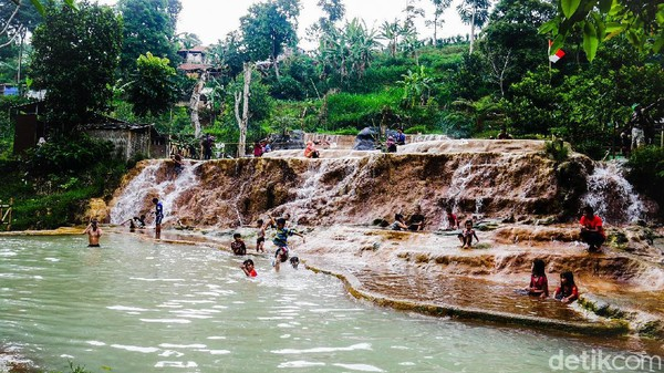 Salah satu destinasi wisata alam di Bandung Barat yang belum banyak diketahui orang adalah Curug Cipanas. Lokasinya berada di perbatasan antara Kampung Nagrak, Kecamatan Lembang dengan Kampung Kancah, Kecamatan Parongpong. (Whisnu Pradana/detikTravel)