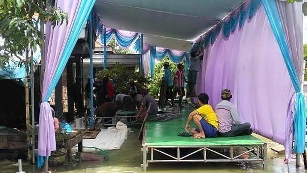 Dirikan Terop di Tengah Banjir Lamongan, Tamu Undangan Tak Disediakan Kursi