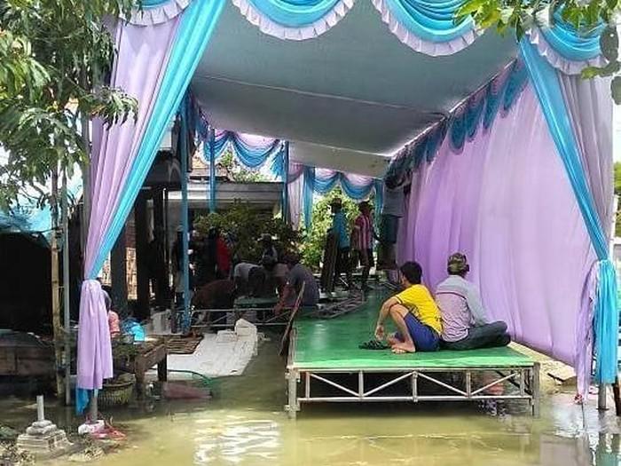 Dirikan Terop di Tengah Banjir, Tamu Undangan Tanpa Kursi