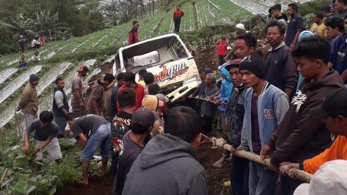 Evakuasi truk terguling di Karanganyar, 28/2/2021