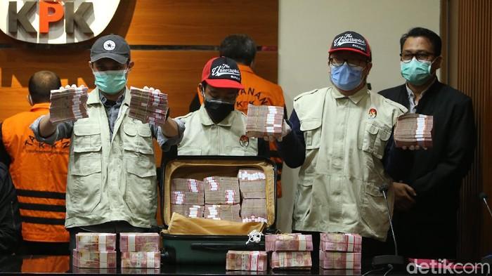 Petugas menunjukkan barang bukti uang tunai di Gedung KPK, Jakarta, Minggu (28/2/2021). Uang dengan jumlah Rp 2 miliar dalam koper dari rumah dinas seorang pejabat dinas Pemprov Sulawesi Selatan yang ditunjukkan dalam konferensi pers terkait dugaan korupsi Nurdin Abdullah.