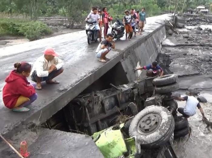 Intensitas hujan tingjgi membuat banjir lahar hujan dari Gunung Semeru. Akibatnya, sebuah truk penambang terseret banjir lahar sejauh 45 meter, di sungai Regoyo Desa Gondoruso kecamatan Candipuro Lumajang.