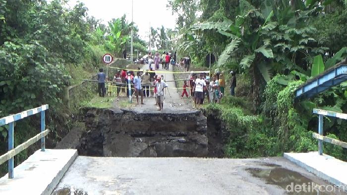 Jembatan penghubung kecamatan Tempeh – Pasirian di desa Gesang kecamatan Tempeh Lumajang ambruk