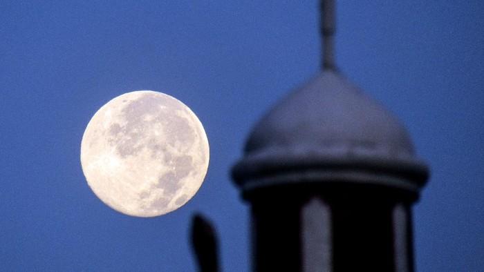 Fenomena bulan Purnama Salju terlihat di langit sejumlah daerah Indonesia. Seperti apa penampakannya? Yuk, lihat.