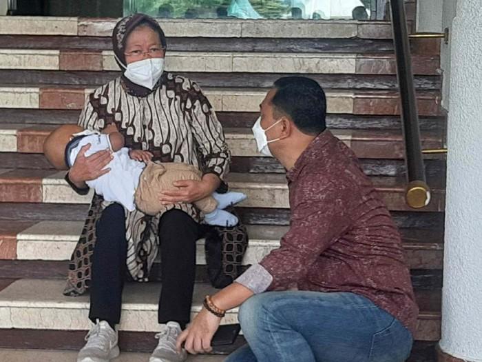 Mensos risma di balai kota surabaya sembari menggendong cucu