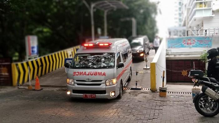 Mobil ambulans yang membawa jenazah Artidjo Alkostar ke RS Polri