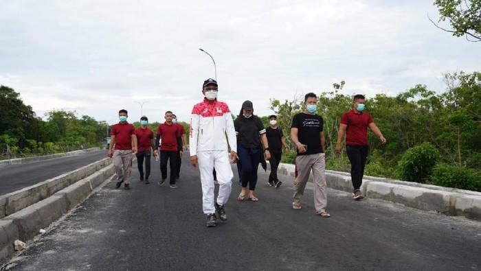 Gubernur Sulsel, Nurdin Abdullah saat meninjau proyek infrastruktur di Bira, Bulukumba, 2 Februari 2021