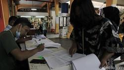 Beragam persiapan dilakukan menjelang pelaksanaan vaksinasi COVID-19 bagi para pedagang di Pasar Beringharjo, Yogyakarta. Apa saja persiapannya?