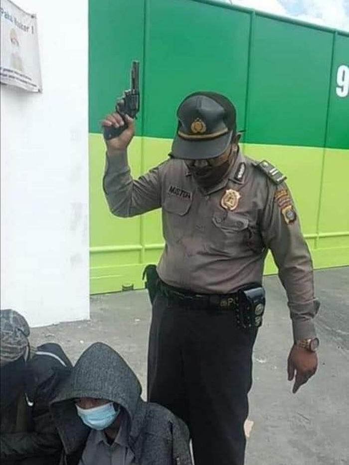 Polisi acungkan pistol di Sumut (Tangkapan layar)