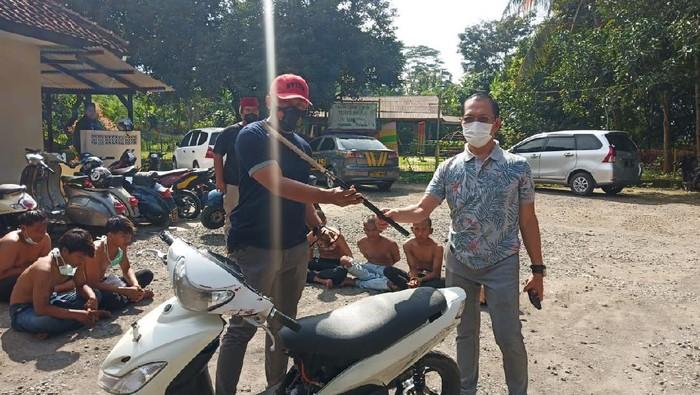 Polisi perlihatkan barang bukti pelaku pemerasan di Purwakarta.