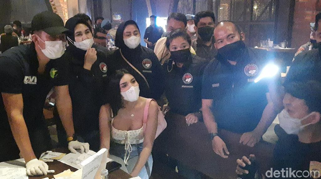 Polisi Razia Prokes Kafe di Jaksel, Salah Satu Pengunjung Ada Millen Cyrus