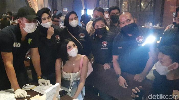 Polisi razia protokol kesehatan tempat hiburan malam, Millen Cyrus ikut jadi pengunjung