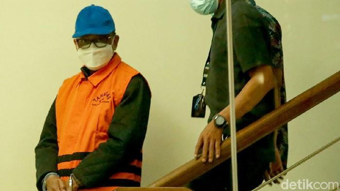 Gubernur Sulawesi Selatan Nurdin Abdullah mengenakan rompi KPK usai dilakukan pemeriksaan di Gedung KPK, Jakarta, Minggu (28/2/2021). Gubernur yang pernah mendapat penghargaan dari KPK tersebut kini justru menjadi tersangka dalam kasus korupsi.