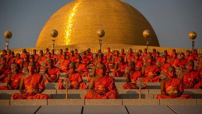 Sejumlah biksu hadiri upacara Magha Puja di Thailand. Digelar di masa pandemi COVID-19, upacara Magha Puja dilaksanakan dengan protokol kesehatan ketat.