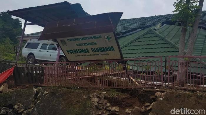 Puskesmas di Sulawesi Barat ambruk karena gempa (Abdy/detikcom)