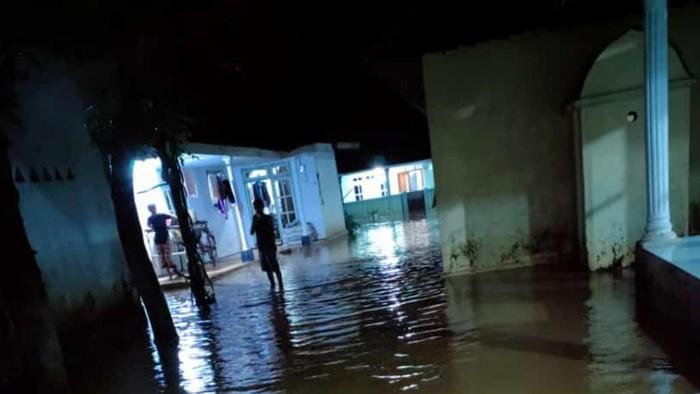 Ratusan rumah di Pasuruan terendam banjir. Itu setelah hujan deras mengguyur Dusun Jetis, Desa Prodo, Kecamatan Winongan, mulai Sabtu (27/2/2021) malam. Bahkan tiga sungai meluap akibat tanggul ambles atau air meluber.
