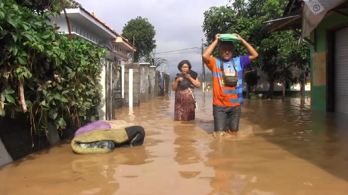 Ratusan rumah warga di tiga desa Kecamatan Sukodono Lumajang, terendam banjir. Banjir ini terjadi, setelah Sungai Bondoyudo tak mampu menampung debit air, sehingga meluap ke pemukiman warga.