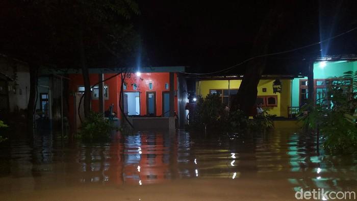 Ribuan rumah di 2 desa di Kabupaten Probolinggo, kembali terendam banjir setinggi 1,5 meter, akibat luapan Sungai Kedung Galeng