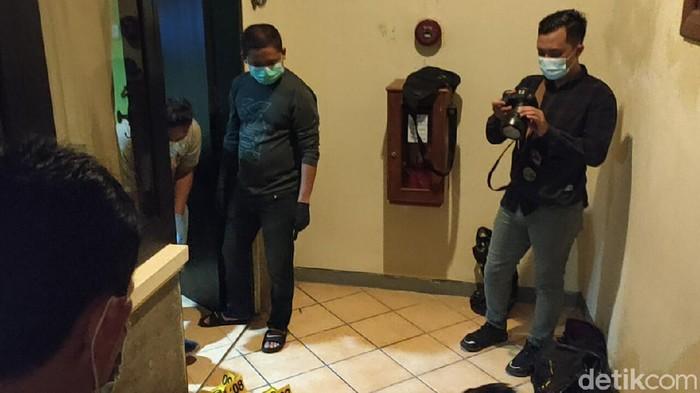 Seorang tamu hotel di Kota Kediri ditemukan tak bernyawa dalam kondisi bersimbah darah. Tamu hotel berjenis kelamin perempuan itu diduga korban pembunuhan. Sebab, ditemukan sejumlah luka. Polisi lakukan olah tkp