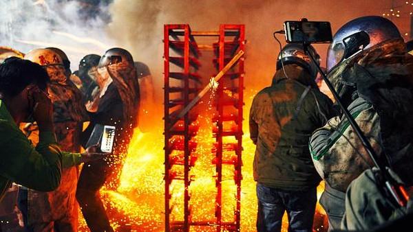 Warga yang hendak ikut serta dalam pesta kembang api tersebut tampak mengenakan helm, pakaian tahan api, dan sarung tangan tebal disertai dengan peledakan ratusan ribu petasan pada waktu bersamaan.