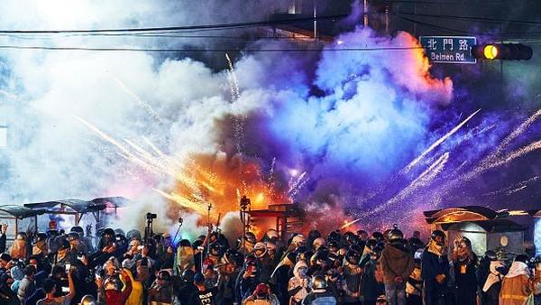 Pesta kembang api itu pun terus dilangsungkan dan menjadi tradisi tahunan hingga saat ini. Masyarakat menganggap pesta kembang api tersebut merupakan salah satu upaya untuk menghilangkan malapetaka sekaligus membawa keberuntungan di tahun yang baru.