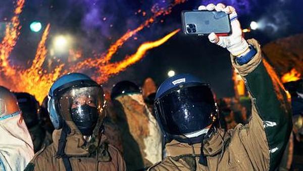 Meski digelar di masa pandemi COVID-19, antusias warga untuk ikut serta dalam pesta kembang api tersebut tampak tak luntur. Sejumlah warga tampak mengabadikan momen pesta kembang api itu melalui ponsel.