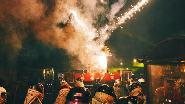 Pesta kembang api ini pun jadi daya tarik tersendiri bagi wisatawan lokal maupun mancanegara.