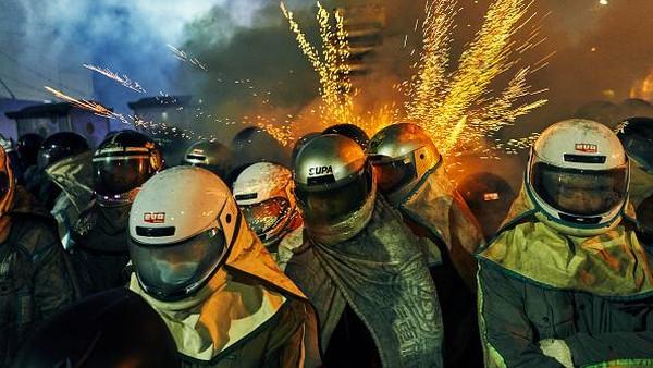 Tak sedikit wisatawan yang datang ke Tainan, Taiwan, untuk menyaksikan secara langsung salah satu pesta kembang api paling berbahaya di dunia itu.