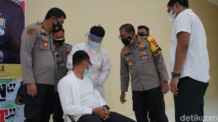 -Ratusan anggota dan ASN Polresta Sidoarjo menjalani vaksinasi  di gedung serbaguna Polresta Sidoarjo. Vaksinasi tersebut merupakan melanjutkan vaksinasi di hari pertama yang digelar pada Sabtu (27/2).