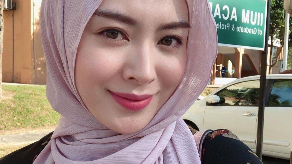 Hijab Plisket Tren di 2021, Intip 7 Inspirasi Gayanya Ala Ayana Moon