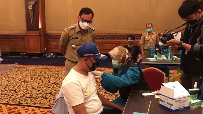 Bima Arya melihat jalannya vaksinasi COVID-19 di Bogor.